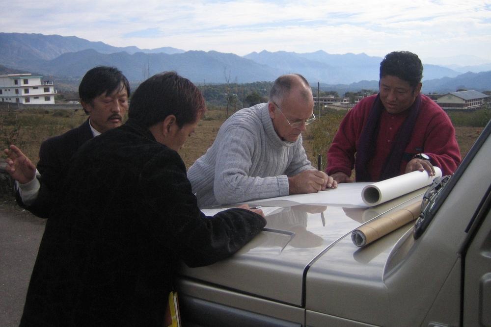 Jan Feste ute i felten sammen med Men Tsee Khang sine folk i prosjektet