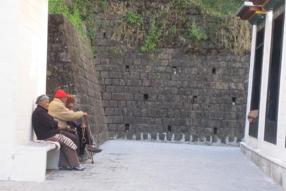 De gamle på benken er viktige i bybildet, i Dharamsala som alle andre steder i verden
