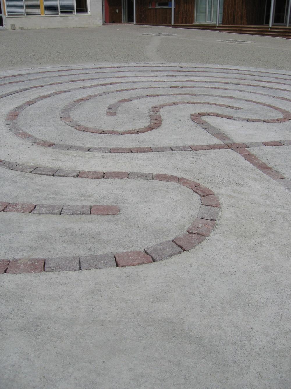 Labyrint i storgatestein og betong som mønster i flata