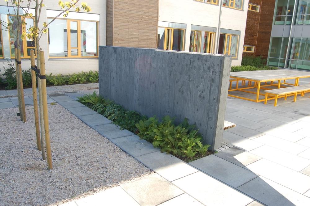 Bygningskroppen danner skjermede uterom som er formet som avgrensede bakhager. Her med sitteplasser, arbeidsbord og staudeplantinger