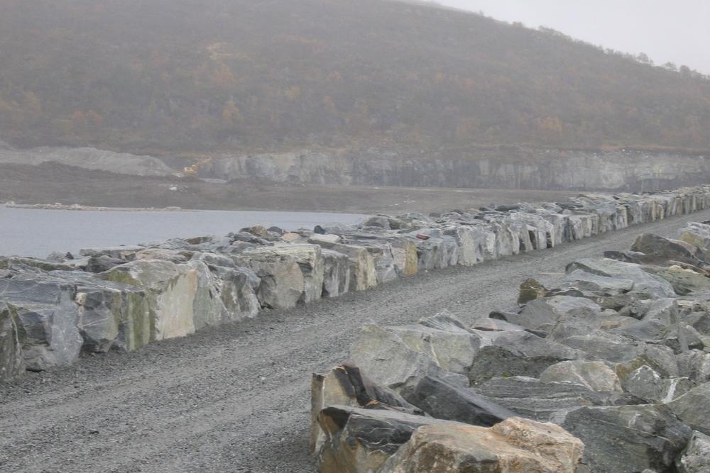 Damkrona er stramma opp med natursteinskanting