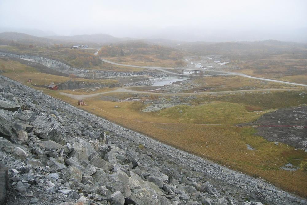 Nedstraums damside med flaumkanal og istandsatt terreng