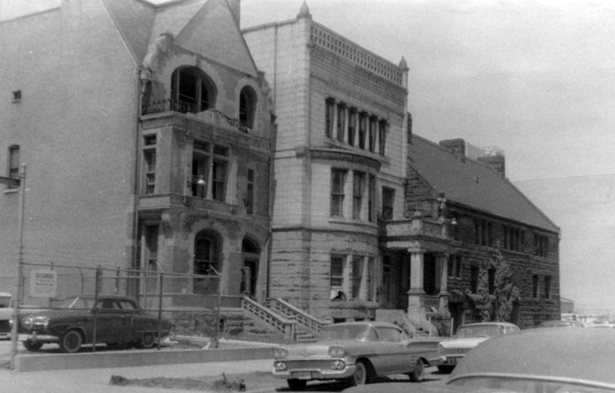 1812 S. Prairie Avenue (far left) in the mid-1950s; Glessner House at right (Photo by Jack Simmerling)