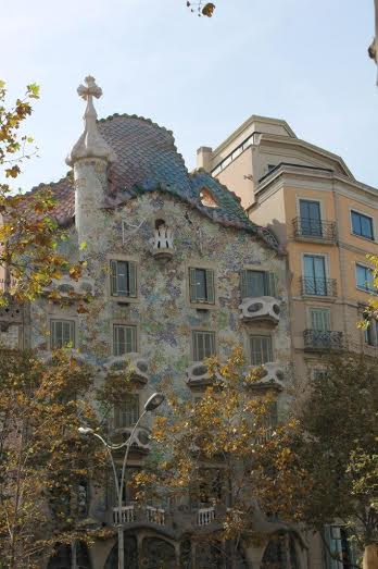 Can you spot the dragon on the rooftop of Casa Battlo Martin Pierce Hardware