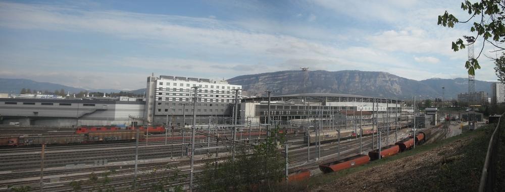 Située entre la plaine en mutation du projet Praille Acacias Vernets (PAV) - future extension du centre ville de Genève - et la densification du plateau de la commune de Lancy, la promenade surplombe le quartier du PAV. D'une longueur d'environ 3 km, la promenade relie plusieurs entités naturelles ainsi que les deux gares de la future liaison ferroviaire urbaine et transfrontalière (CEVA).  L'objectif est de proposer un aménagement de la promenade qui valorise sa position enbalcon urbain sur une territoire en mutation, et favorise la lecture des différentes séquences traversées.