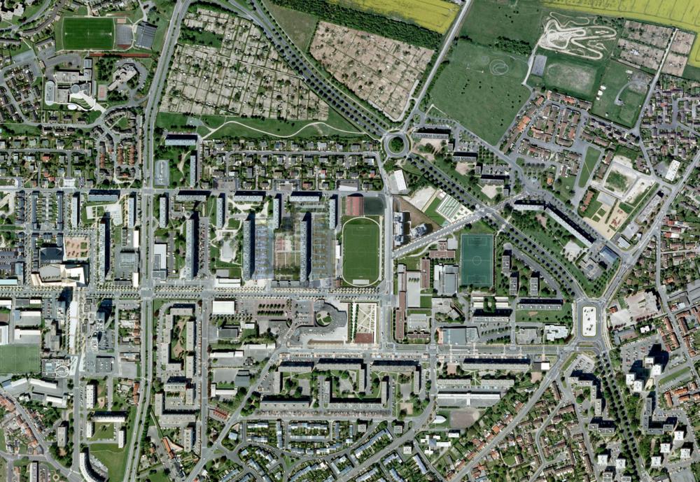 L'aménagement de l'îlot Colvert s'inscrit dans le cadre du parachèvement de PRU des « Quartiers Nord » d'Amiens. Avec un centre commercial introverti et à l'offre peu diversifiée, le Secteur Colvert ne constitue plus un élément de centralité en dehors des jours de marché (l'un des plus grands du Nord de la France). L'enjeu de l'étude est donc de recréer une polarité commerciale, ouverte sur le quartier et dynamique ; d'organiser une espace public fédérateur pouvant accueillir un marché dominical de taille XXL et les besoins quotidiens des habitants. Le scénario d'une polarité centrale a été retenu.  Nous proposons l'aménagement d'un espace public organisé en gradient paysager/minéral du square Gauguin au centre commercial. L'espace ainsi crée articule esplanade ouverte et esplanade « salon », où des bandes paysagères structurent les vides, organisent les pleins (les jours de marché). Afin de permettre la diversification de l'offre résidentielle à moyen/long terme de nouveaux ilots constructibles ont été identifiés.