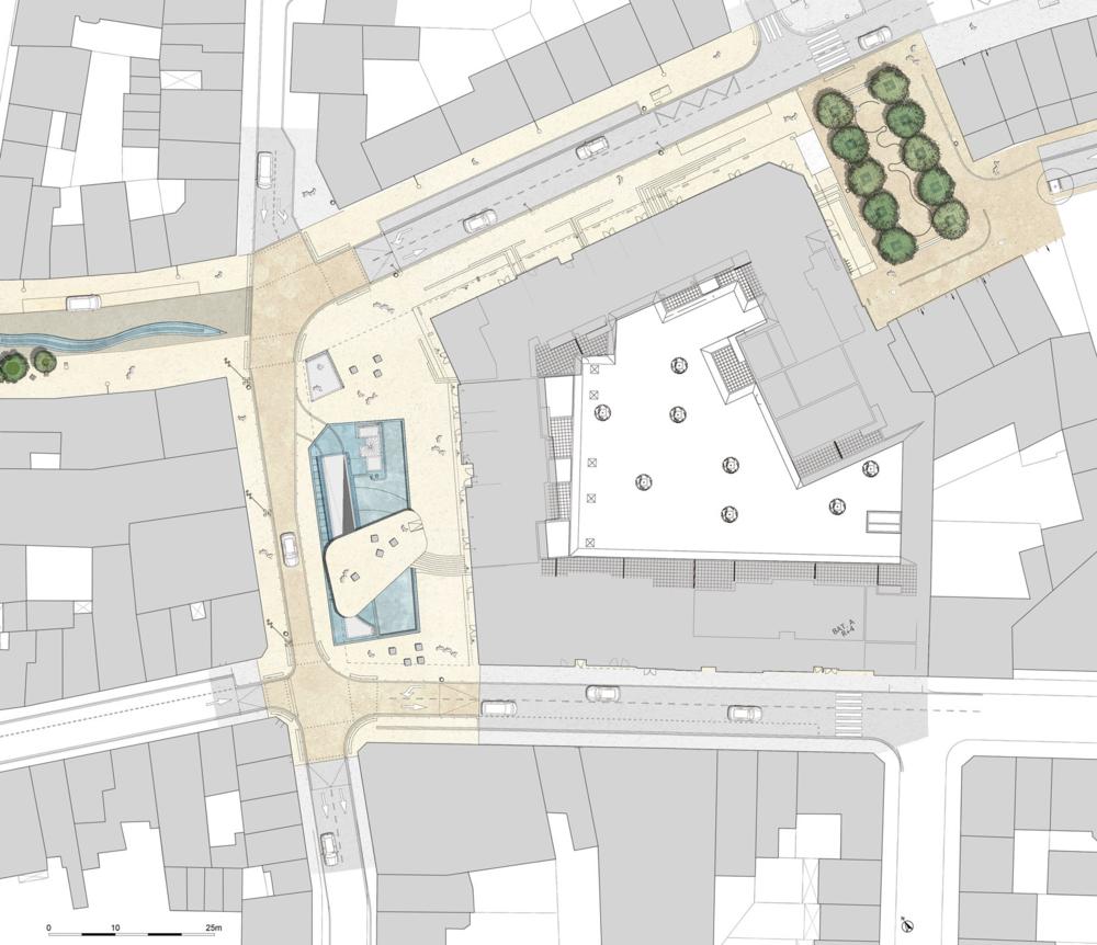 Dans le cadre de la valorisation des liaisons ville-port, la ville de Boulogne sur Mer a engagé la restructuration des espaces publics reliant l'hyper-centre au front de mer.     Porte d'entrée de l'hypercentre marchand, la Place Lumière se située au-dessus d'un parc de stationnement de 4 niveaux (450 places) et devient un lieu d'articulation majeur en centre ville.    Organisée autour d'un généreux bassin qui efface les émergences techniques du parking souterrain, la place se compose de 3 espaces successifs dont une large terrasse sertie d'inox surplombant le bassin et la partie basse de la place. Point de départ d'une promenade urbaine autour de la thématique du Cinéma, elle accueille deux statues en référence au 7ème art.
