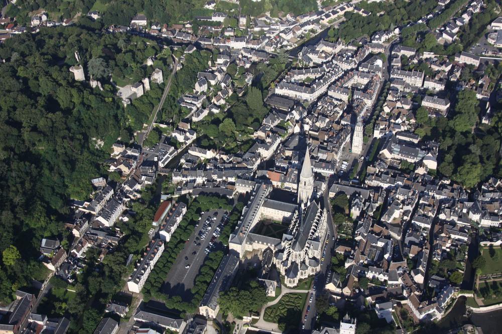 Le réaménagement du quartier Rochambeau procède d'une démarche particulière par son histoire, sa place dans la ville, sa proximité avec le Loir. Le site est une ancienne caserne militaire implantée au pied de l'Abbaye de la Trinité dont il a constitué le jardin à l'époque médiévale.  Outre, la valorisation d'un site d'exception, l'enjeu est de réinscrire les 4 ha du site dans la trame urbaine et paysagère. Pour cela notre proposition organise :  - la création d'un parvis au bâtiment «régence » se déroulant jusqu'au Loir  - l'aménagement de deux cours Est/Ouest pour la desserte (piétons/VL) du site, reliant entrée de ville et centre-ville  - la valorisation des porosités paysagères Nord/Sud entre coteau et rivière  - la transformation des berges du Loir en lieu de promenade et de loisirs.