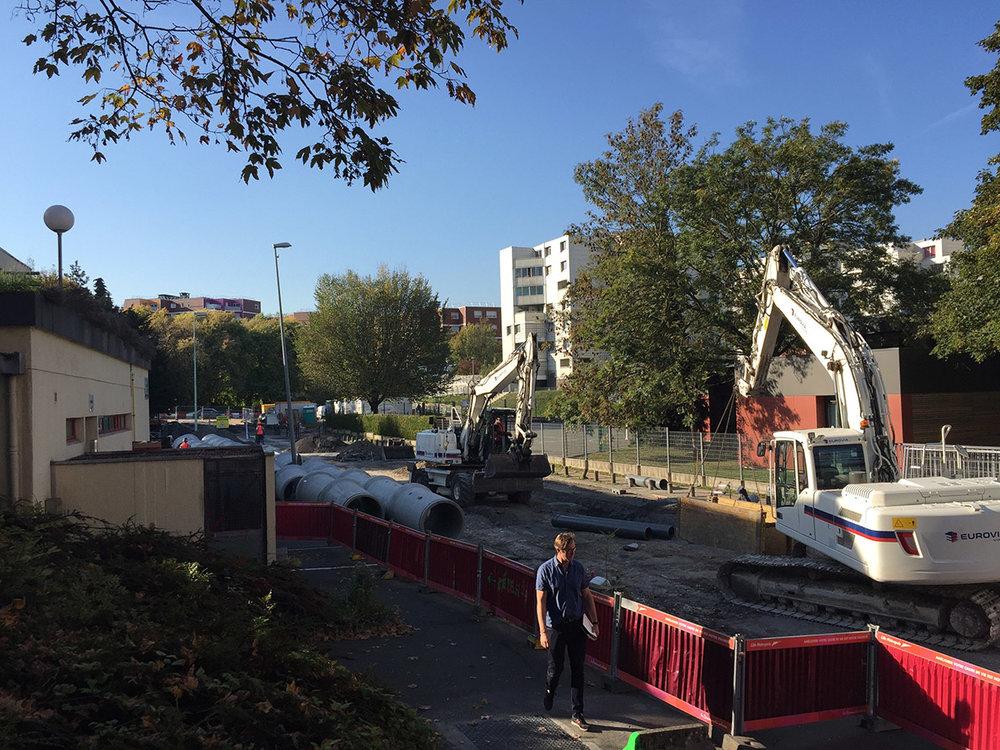 Premiers coups de pelle pour la restructuration de la Ville Nouvelle. Le projet Grand Angle c'est : 45 millions d'euros de travaux d'espaces publics, 120000m2 de surface de plancher, des nouveaux logements, bureaux, équipements, commerces dans le centre ville de Villeneuve d'Ascq.