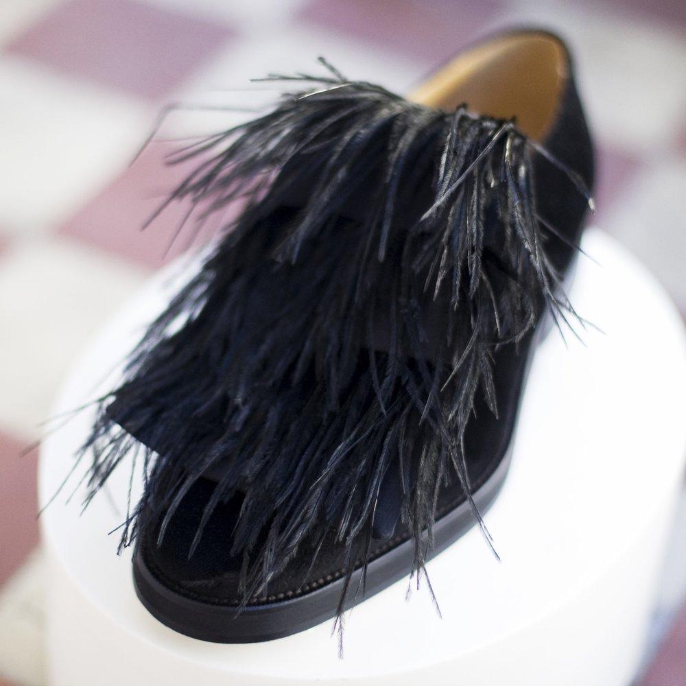 Orlando | Palomo Spain Exterior:Terciopelo negro y plumas de avestruz Interior:Piel vacuna Suela:Cuero y goma