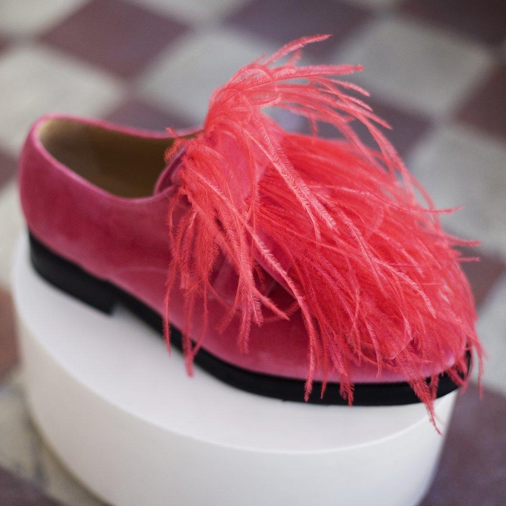 Orlando | Palomo Spain Exterior:Terciopelo rosa y plumas de avestruz Interior:Piel vacuna Suela:Cuero y goma