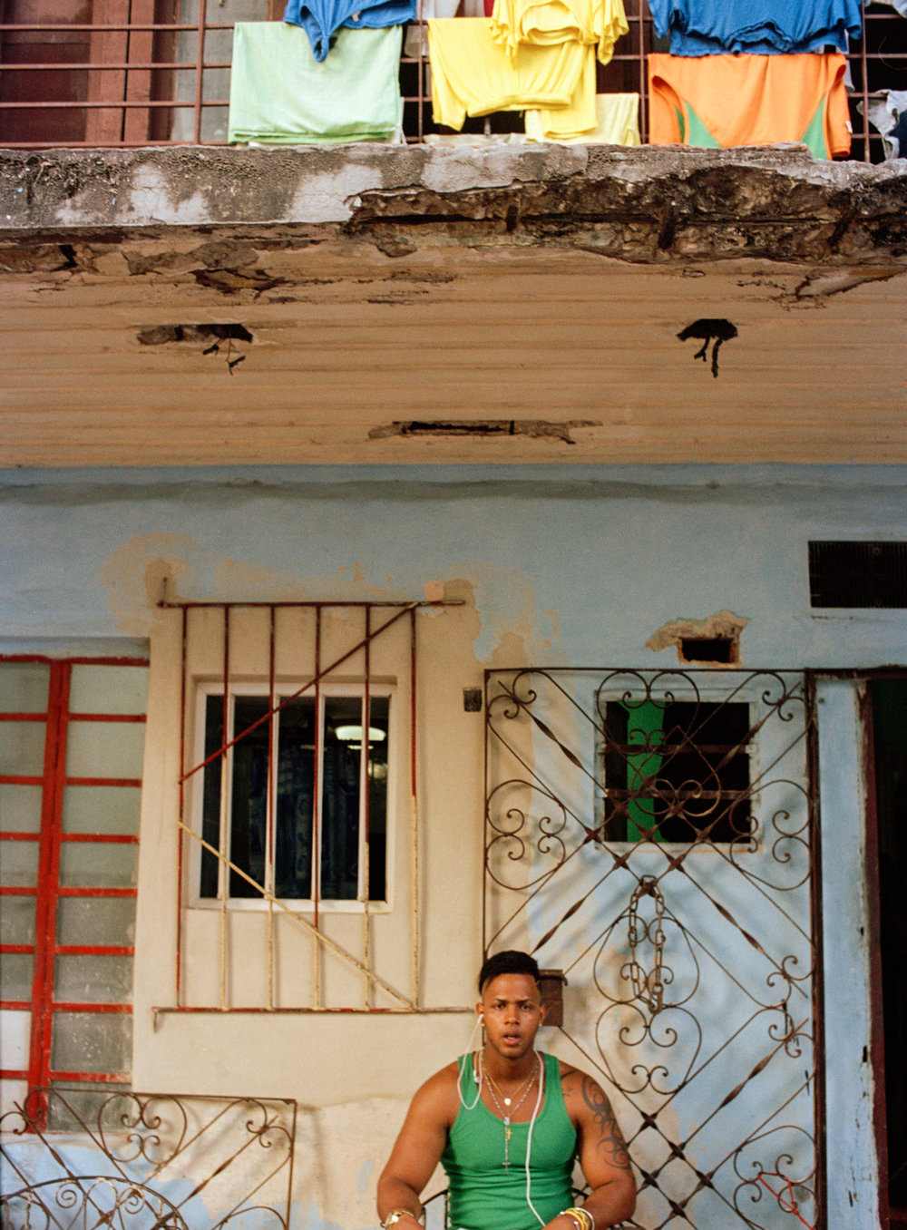 38havana_guy_sitting098.jpg