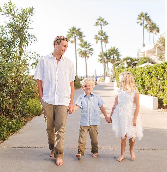 Sibling love 💕 . . . #familyphotographer #coronado #hoteldelcoronado #sandiego #beachphotography #beachfamilyphotos #siblings #sandiegophotographer #socalphotographer #sdphotographer #jasminenakasonephotography