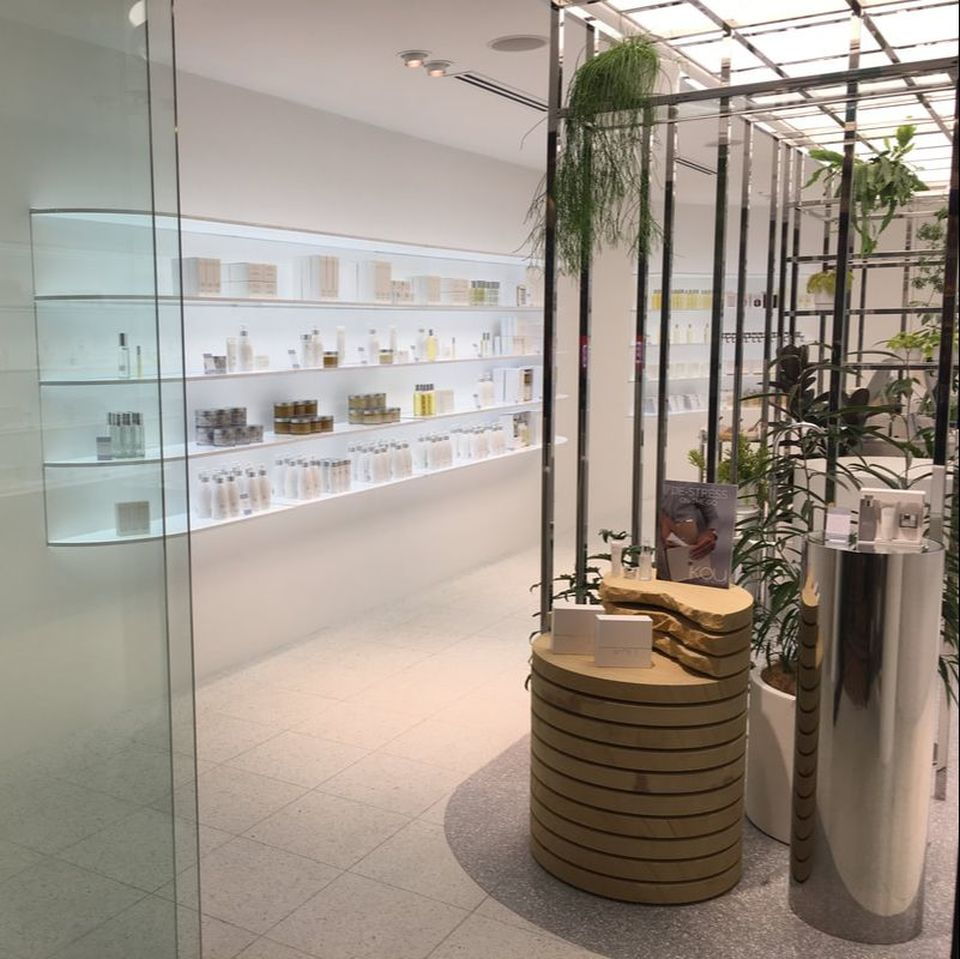 The iKOU Skincare store uses Pixalux panels as illuminated shelves - Photo Jean-Marie LIERE