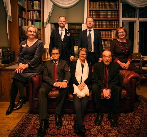 Perustajajäsenet yhteiskuvassa. Kuvassa eturivistä vasemmalta oikealle: Kristiina Patja,Krister Höckerstedt,Arja Helin-Salmivaara,Amos Pasternak,Ulla Wiklund.Takana vasemmalta oikealle:Juha Pekka Turunen,Hannu Halila.