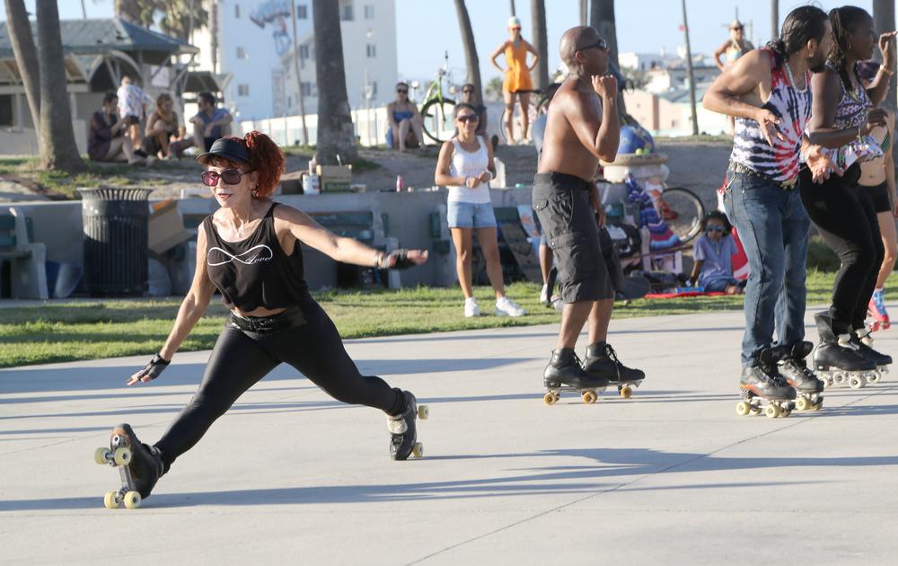 Venice_RollerSkating_OldWoman_Splits.jpg