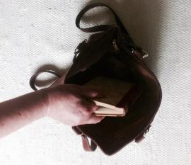 Minä laitan kirjan kassi in . ( I put the book into the bag. )