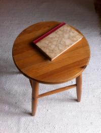 Kirja on tuoli lla . Tuoli on lattia lla . ( A book is on the chair. The chair is on the floor. )