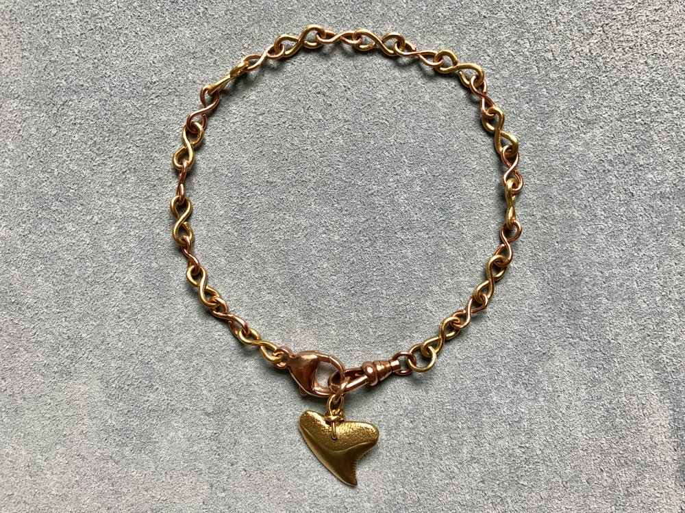 INFINITY CHAIN BRACELET WITH SHARKS TOOTH PENDANT