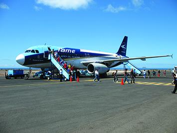 un avión en el aeropuerto de baltra (foto © lori ulrich)