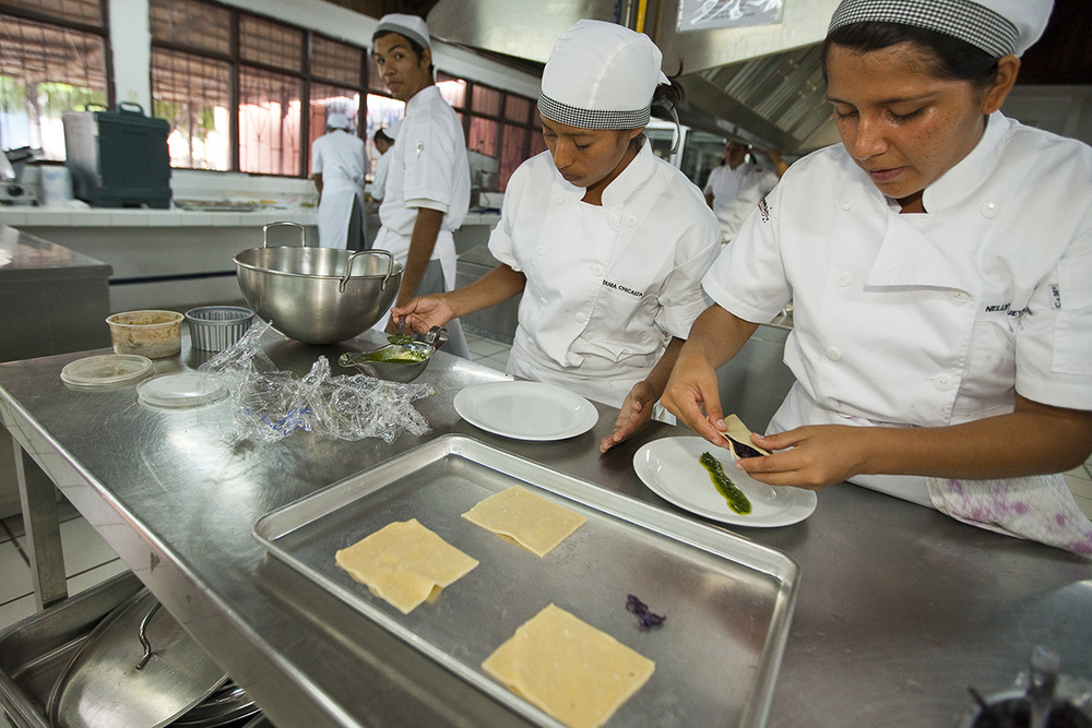 estudiantes de cocina (FOTO © RALPH LEE HOPKINS)