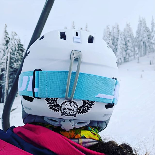Representing @skratchlabs at @mtbachelor this morning. ❤️ Thanks for the sticker for my new helmet, @joyjujubee ! #skratchlabs #skratchlete