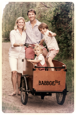 Founder, Friso van Reesema, and his family on one of their Going Dutch box bikes.
