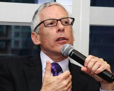 Bennett Pozil - Executive Vise President at East West Bank是华美银行的执行副总裁,负责大型I.P.文娱项目的投融资,也曾经是Natixis的董事总经理。