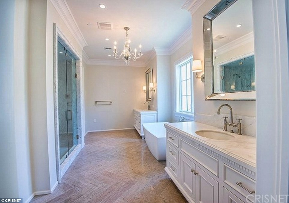 3462924500000578-3599337-Luxurious_The_bathroom_includes_a_large_rub_a_crystal_chandelier-a-78_1463676863040.jpg