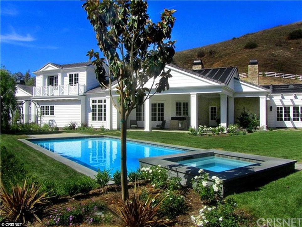 3462925200000578-3599337-New_digs_Kylie_Jenner_has_bought_a_6m_mansion_in_the_Hidden_Hill-a-85_1463676863805.jpg