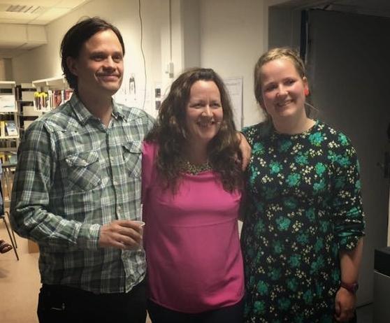 Camilla Skorge (i midten) er adjunkt med opprykk og underviser i norsk, historie og samfunnsfag. Anne T. Solbakken (t.h) er lektor med opprykk og underviser i norsk, samfunnsfag, sosiologi og psykologi. Her avbildet sammen med Elevforlagets utsendte. Foto:Hanne Angell.