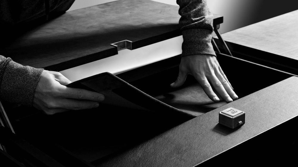 硬箱制作 - 我们的工坊将会与木工匠,套边,皮革,刺绣,漆器等专业人士们一同完成制作并带领他们为您打造出独一无二的硬箱。您专属的定制硬箱已初见雏形。