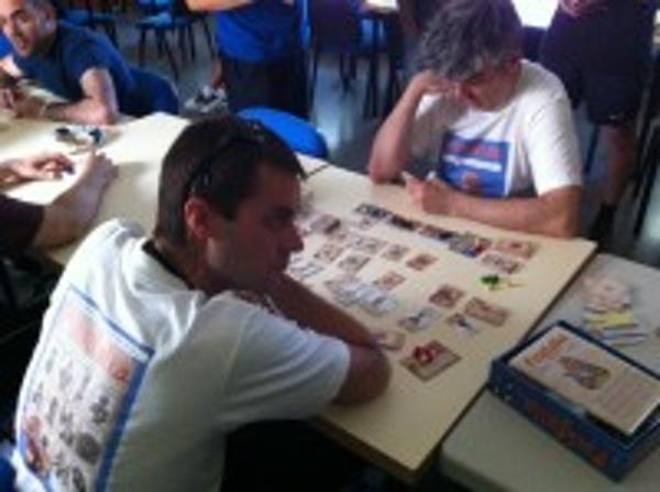Ángel y Fernando Abad (fondo) jugando a Feudalia