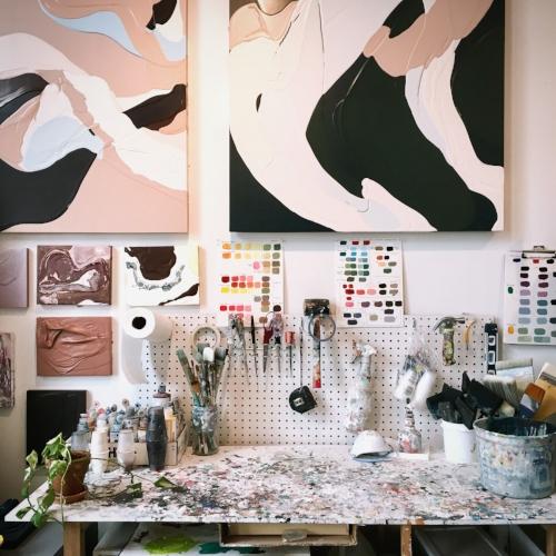 ¿Puedes mostrarnos tu rincón favorito en el estudio? - Mi estación de trabajo es mi lugar favorito en elestudio. Es donde mezclo todas mis pinturas yherramientas de trabajo para mi proceso artístico.Dado que mi proceso puede ser caótico me gustatener un área de trabajo limpia y ordenada.