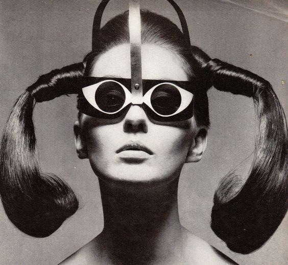 """Mme. Tony Curtis dans """"Eyeeye"""" Lunettes de Soleil par Mario Marenco, Vogue - Mars 15th 1967, Photographié by Ugo Mulas -"""