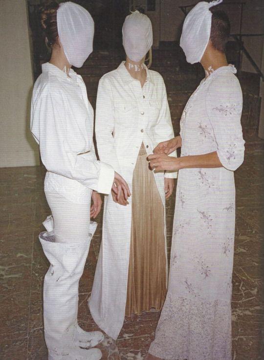 马丁·马吉拉时装屋的展览,在布鲁塞尔美术馆,1996 年。 -