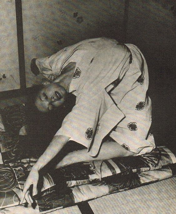 Allegra Kent facendo esercizi a terra in Giappone con la biancheria da letto di suo padre. Dal libro