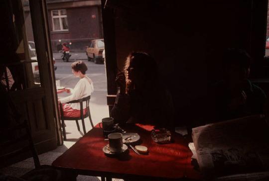 Café dans la librairie Globe. Prague, 1994. Photo par Gueorgui Pinkhassov. -