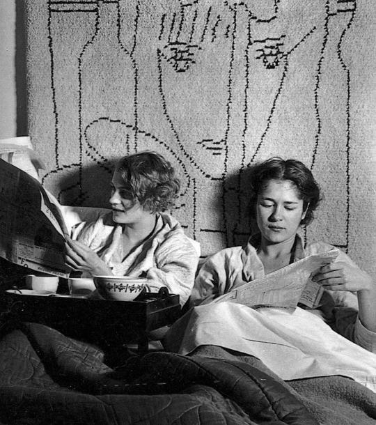 Lee Miller e Tanja Ramm facendo colazione a letto all'interno dello studio di Lee a Parigi, Theodore Miller. -