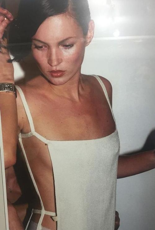 90年代の細いストラップの白いピナフォアドレスを着ているケイトモス。 -