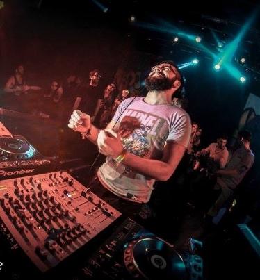 En este episodio Emiliano nos habla acerca de su trayectoria como DJ y el ambiente de la música electrónica en Uruguay