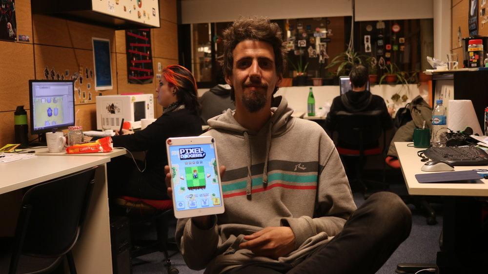 En este episodio hablamos con Santiago Arin, Director Creativo de MyBox Game Studio, acerca de su historia con los video juegos, De MyBox game Studio y de su último juego Pixel Dodgers