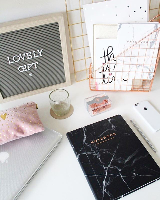 Wondering what to give your work best friend for Secret Santa? Head over to the link in our bio for the perfect gift for that hard working #girlboss in your life. . #desk #deskdecor #organization #stationery #eccolo #journal ( #📷 @tiendalovelygift )