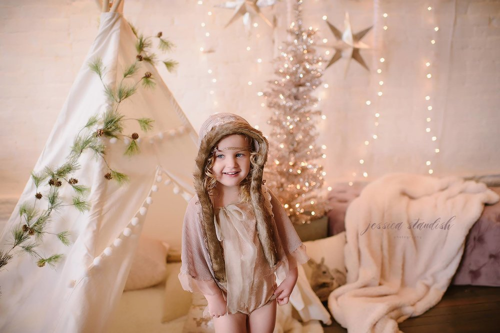Holiday mini-session at the Chippy White Table shop. Photo by  Jessica Standish Photography .
