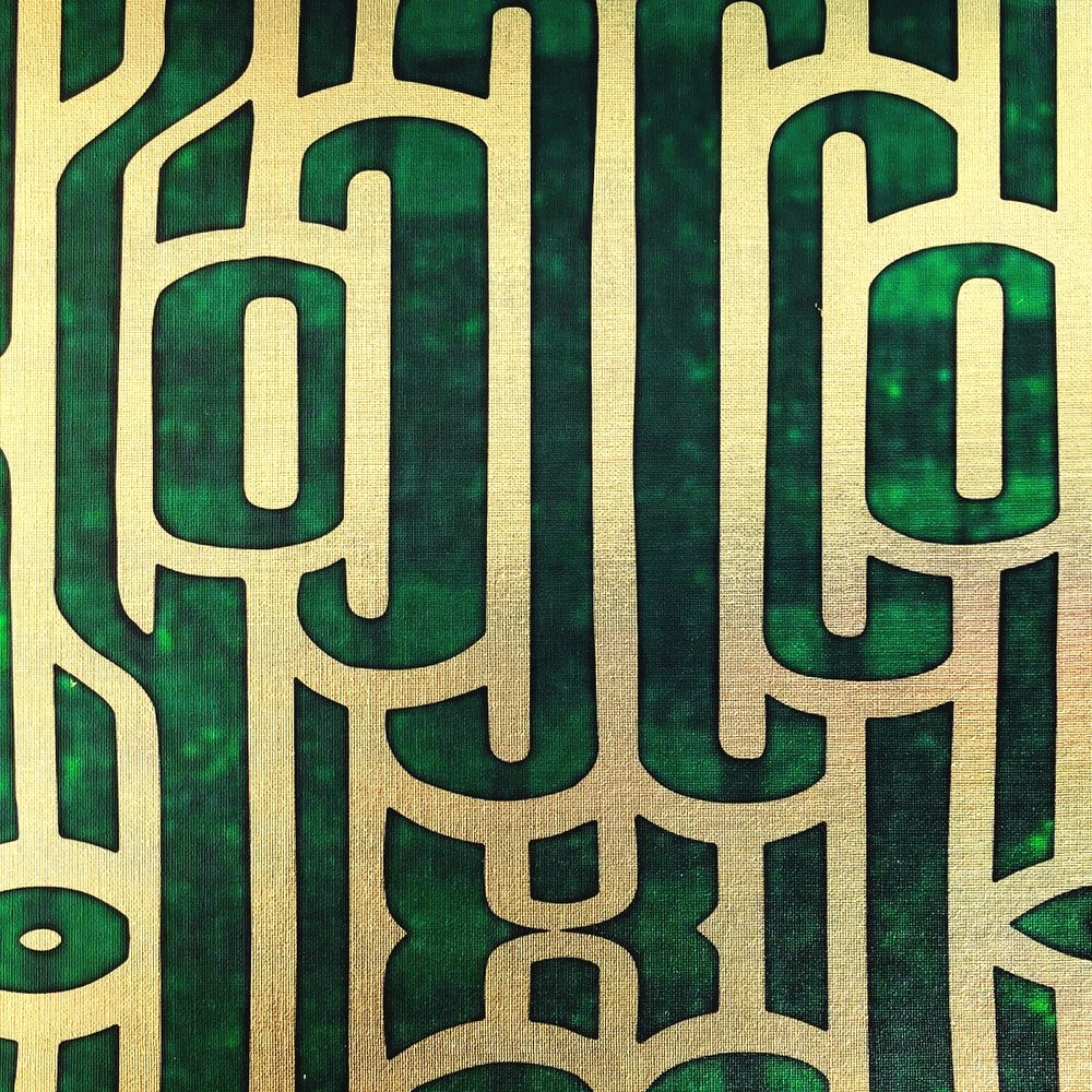 Ritmo Emerald on textured gold metallic wallpaper