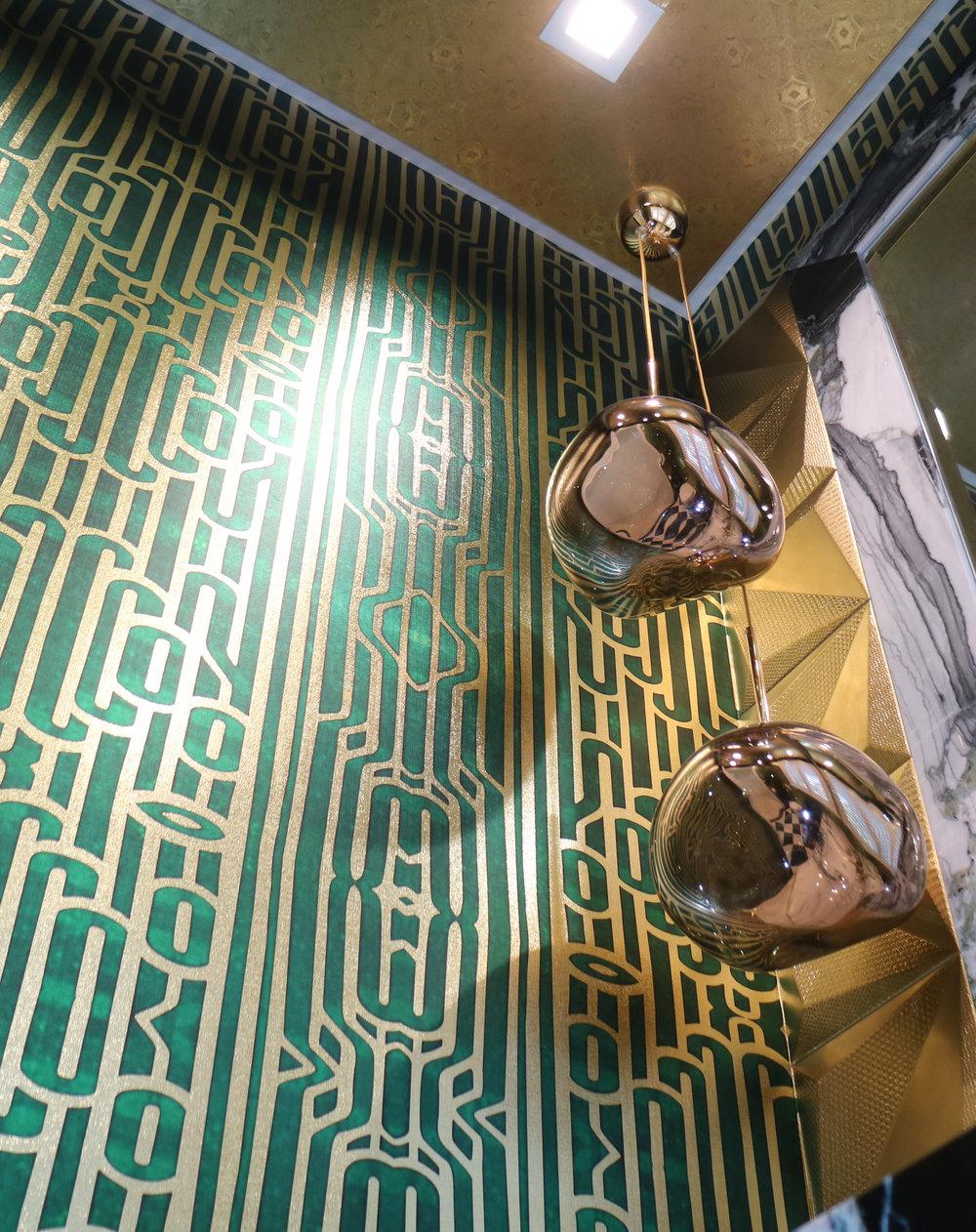 Ritmo Emerald on textured gold metallic