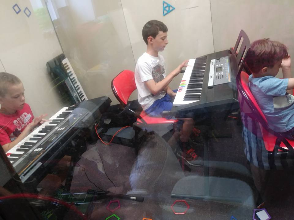 Group Keyboard - Beginner piano students are welcome!  Pay every 10 sessions x $30 (non school members)/ $15 (school members) in advance required. Day/TIme:Saturdays 2-2:45 at Woodside