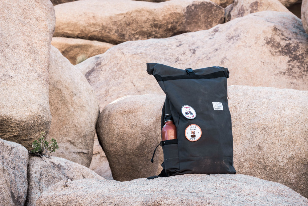 unsettle-co-lifestyle-blog-spaces-joshua-tree-national-park-slate-gray-commuter-rolltop-backpack-lifestyle