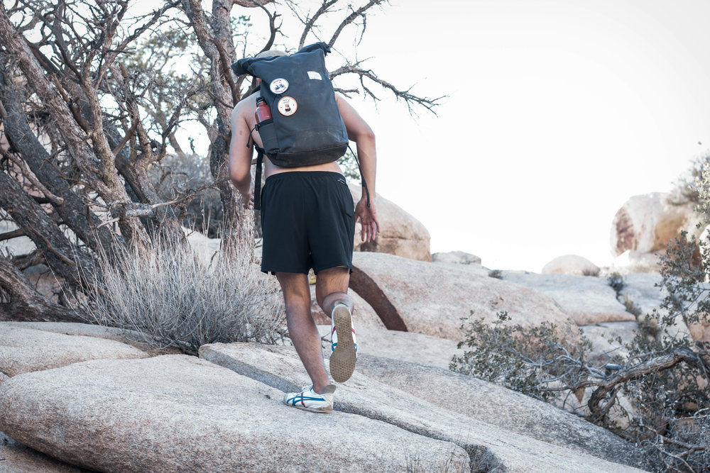 unsettle-co-lifestyle-blog-spaces-joshua-tree-national-park-slate-gray-commuter-rolltop-backpack-action