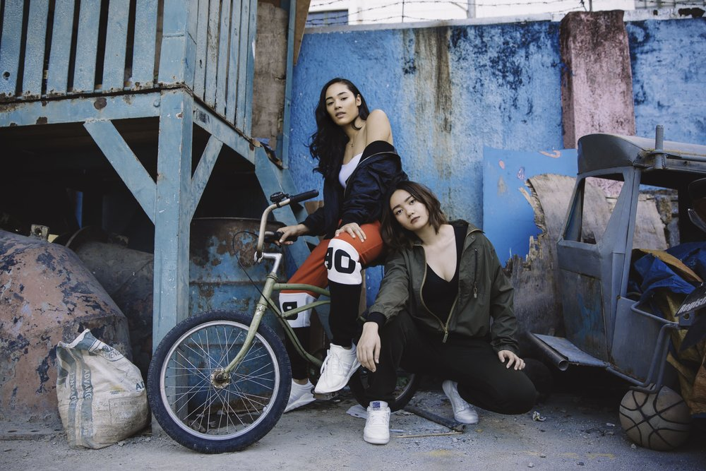 street-style-two-girls-posing-with-bike